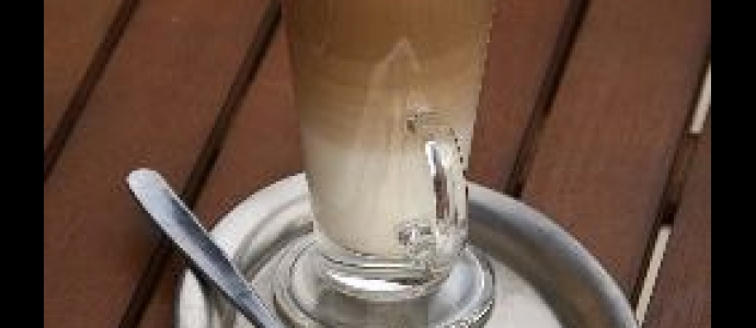 Коктейль с кофе и карамельным сиропом