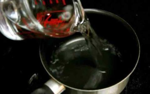 заливаем воду для варки зеленого кофе